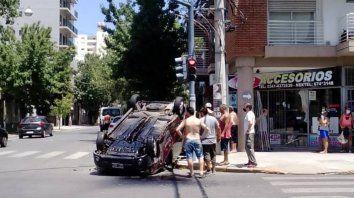 En Cafferata y Zeballos, donde ocurrió el choque y vuelco, hay semáforo.