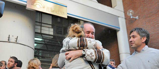 Damnificados del robo del fin de semana ayer frente al banco. El seguro cubre u$s 50 mil por cofre.