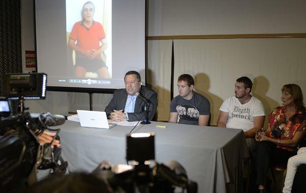 El abogado Andrés Rabinovich junto a la familia de Hugo Tognoli
