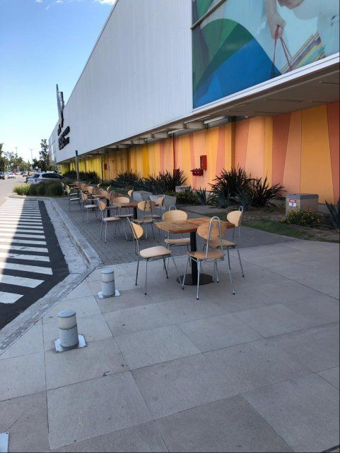 En Paso del Bosque las mesas se colocaron en el exterior del shopping.