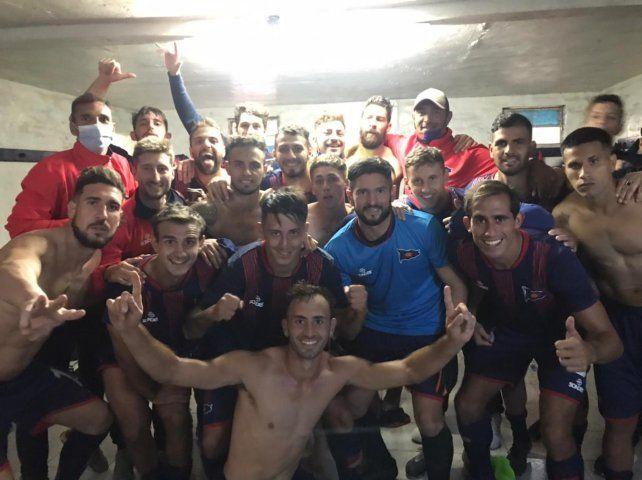 Alegría charrúa. Todo el plantel celebra la importante victoria ante Alem y la punta del torneo de la Primera C.