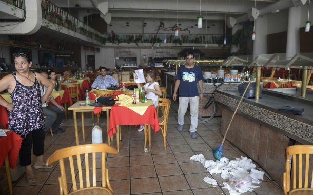 Angustia. Los empleados ingresaron al comedor para formalizar la protesta.