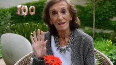 hilda bernard cumplio 100 anos y los festejo con torta, velita y rodeada de afecto