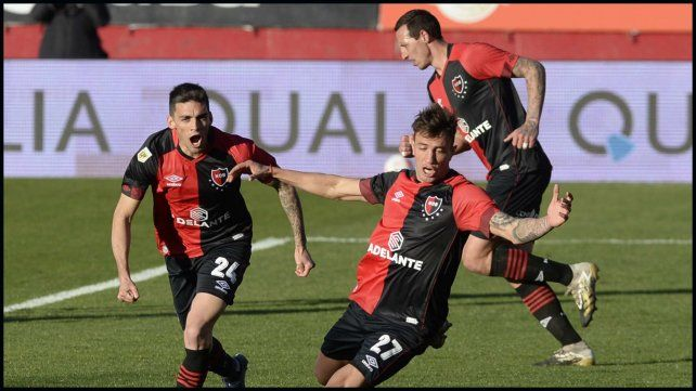 Compagnucci recién ingresado en el segundo tiempo celebra su primer gol, a los 62