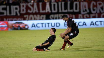 Caccoabue grita con ganas su gol ante Talleres y Joaquin Varela se suma a la celebración.
