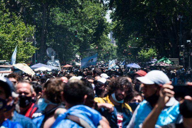 La multitud que buscaba llegar a Casa Rosada para despedir a Maradona.