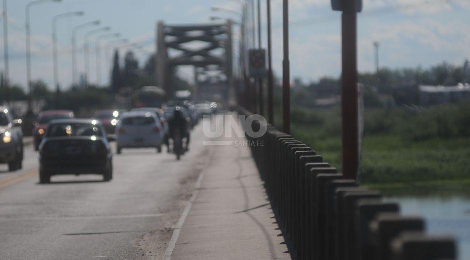 El puente carretero en horario pico se torna instransitable y el aumento del peaje en la autopista suma dificultades a los vecinos de Santa Fe y Santo Tomé