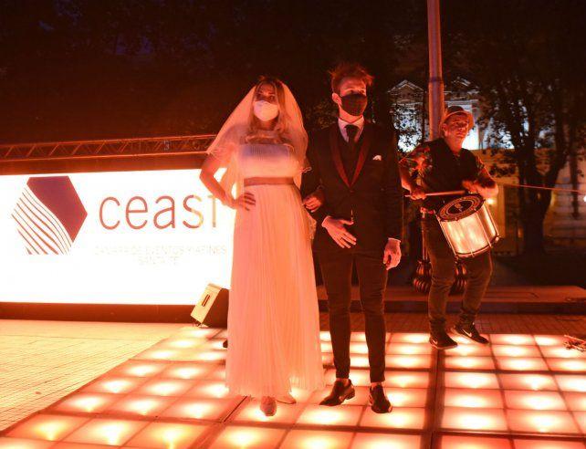 La simulada boda de los organizadores fue para pedir el retorno de las fiestas conservando el protocolo.