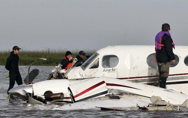 Destrozado. El Beechcraft King Air de dos motores accidentado evidencia la violencia del impacto.
