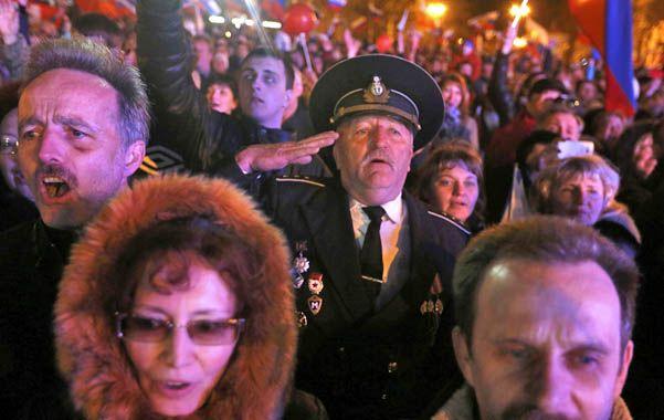 Fervor. Crimeos de etnia rusa celebran el gran resultado en el puerto de Sebastopol.