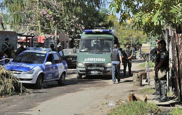 Los agentes de la fuerza santafesina trabajaron con ayuda de los gendarmes que ya estaban en el barrio. (Foto: S. Toriggino)