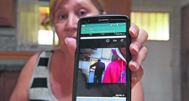 en contacto. Alejandra muestra una de las enigmáticas  fotos que le llegaron de su hijo Ahora buscará reconstruir la historia  de su desaparición.
