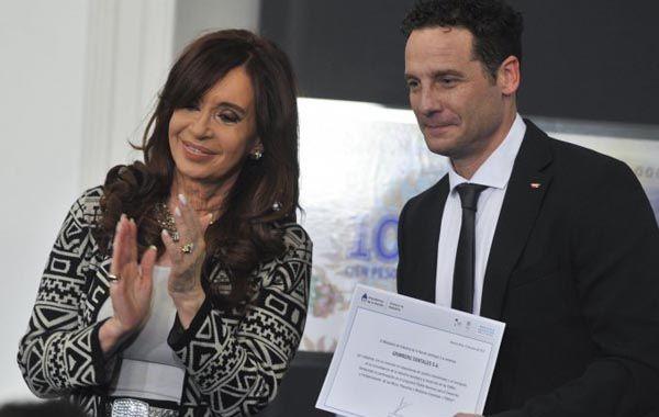 La presidenta entrega el certificado a Eric Grinberg.