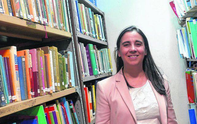 La profesora Paola Piacenza anima a los chicos a marcar con sus preguntas y comentarios los textos que leen.