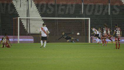 Demasiado castigo. Julián Alvarez anotó un doblete en la victoria de River 4 a 1 en el Coloso.