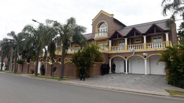 La mansión de Herme Juárez en San Lorenzo con policías federales en la puerta
