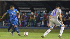 Emiliano Vecchio intenta un pase filtrado. Central cayó ante 12 de Octubre en Paraguay, en el debut copero.