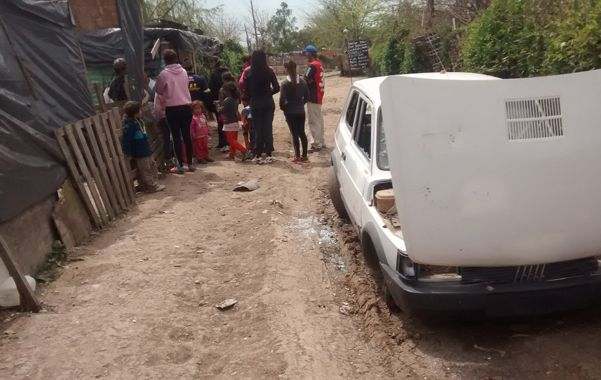 El Fiat 147 del cual robaron las ruedas los agredidos.