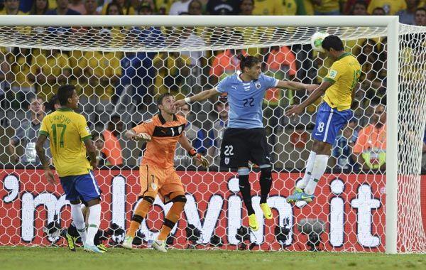 A los 86 apareció Paulinho por el segundo palo a la salida de un córner y con su gol desató la locura brasileña. (Foto: AP)