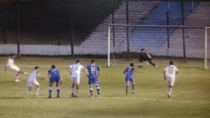 Mal comienzo del albo. Nicolás Quintana anotó el segundo gol de Yupanqui en el triunfo ante el salaíto en la cancha de Argentino de Merlo.