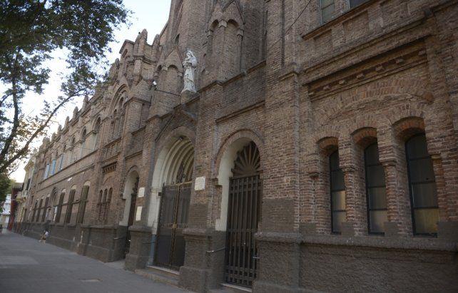 Carmelitas. El templo de Pellegrini al 1500 empezó a construirse en 1932. Tiene 53 metros de largo por 20 de ancho.