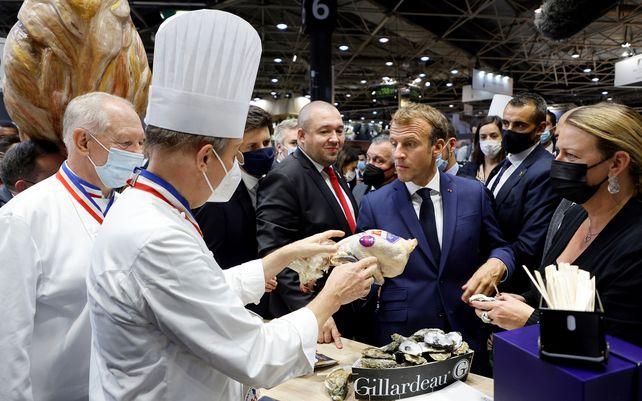 El presidente francés, Emmanuel Macron, prueba productos durante su visita a la Feria Internacional de Catering, Hoteles y Alimentos (SIRHA) en Lyon, en el centro de Francia, el lunes 27 de septiembre de 2021.