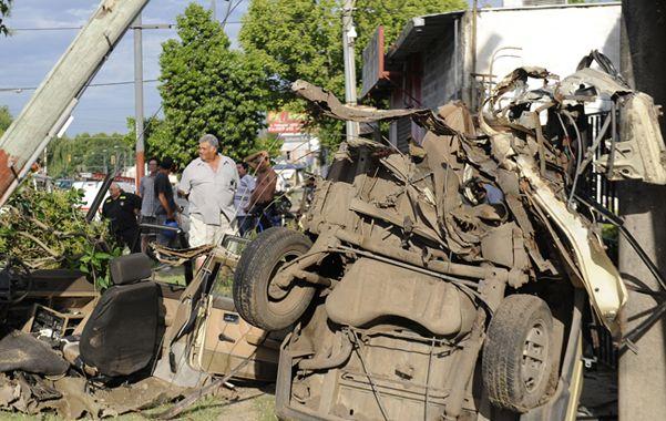 Un automovilista de 36 años falleció ayer a la madrugada al chocar contra una columna del alumbrado público en avenida avenida Pellegrini y Carriego.