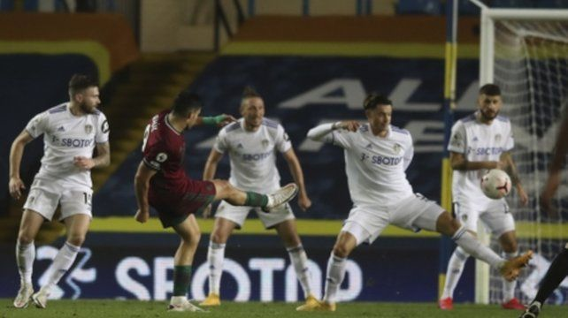 Raúl Jiménez marca gol en el partido Leeds United vs Wolves