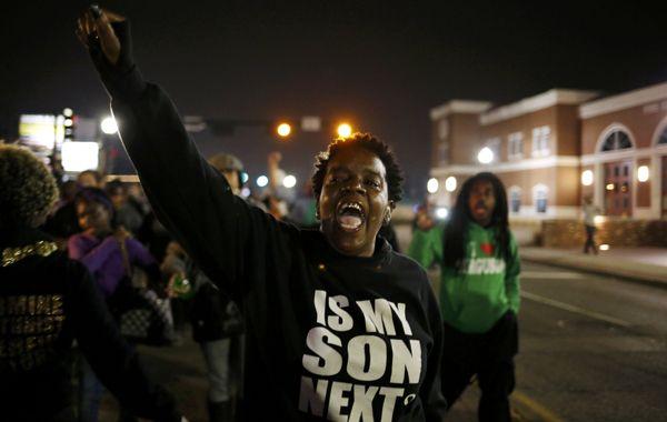 Siguen las manifestaciones en Ferguson mientras la policía busca a los atacantes casa por casa.