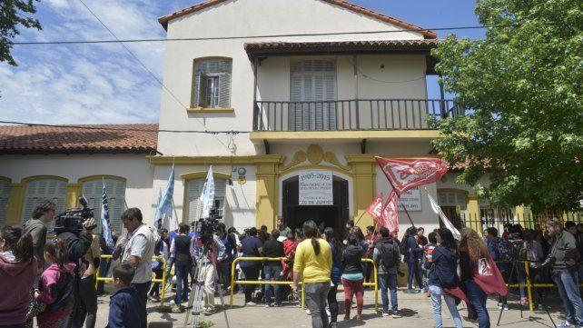 Abrazo solidario. Hubo apoyo por parte del personal de la institución y los vecinos.