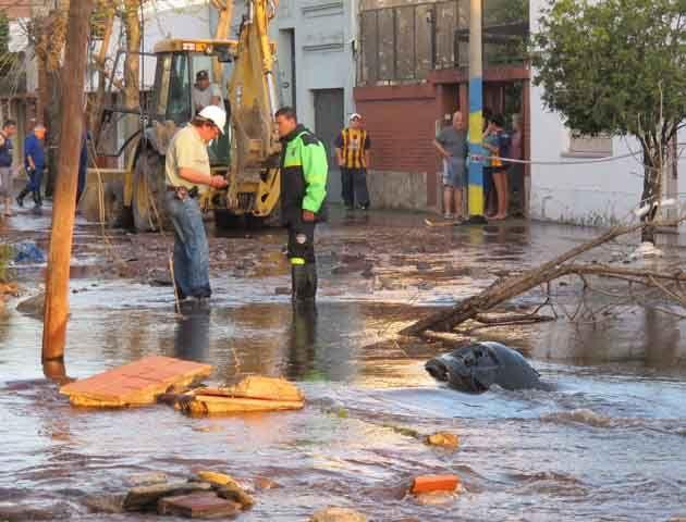 Un automóvil desapareció casi en su totalidad succionado por el agua en un socavón. (Foto: A.Celoria)
