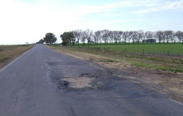 Un bache en la ruta podría haber sido la causa de una mala maniobra por parte del motociclista.