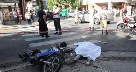 Una mujer iba en moto y murió al chocar contra un colectivo en pleno centro