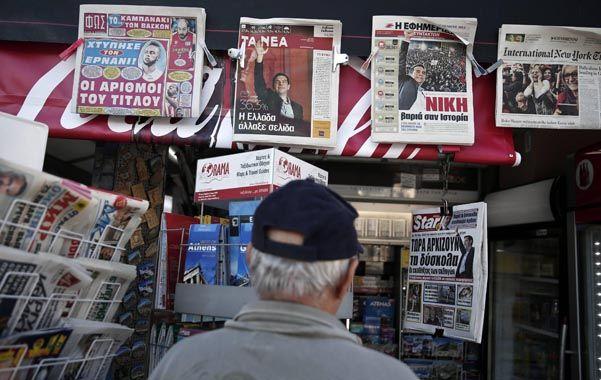 Un griego contempla las tapas de los principales medios gráficos