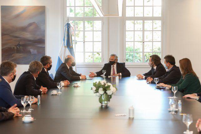 Perotti fue a la Rosada con intendentes para reunirse con el presidente y el jefe de Gabinete.