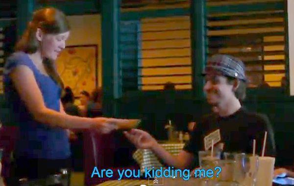 La camarera no salí de su asombro y pensó que era una broma.
