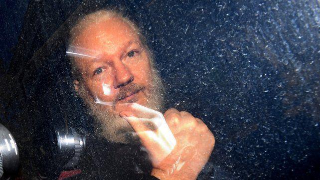 Julian Assange arriba a una audiencia de un tribunal de Londres.