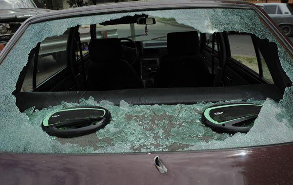 Todo roto. El Renault 9 en el que esperaba Leyla quedó con su luneta destruida por los proyectiles. (foto: Sergio Toriggino)