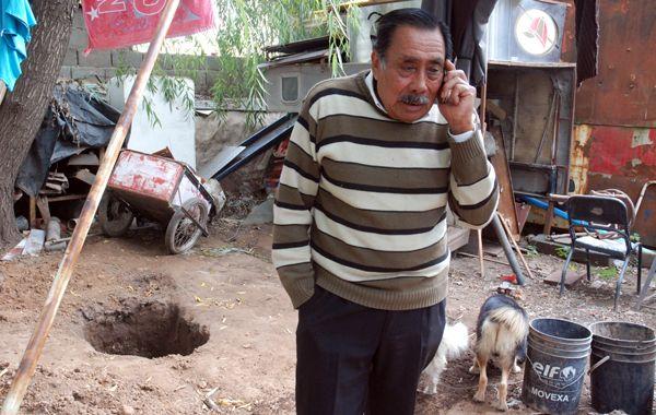 El abuelo del chico acusado del asesinato de Chiara junto al pozo donde fue enterrado el cuerpo de la chica.