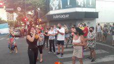 Vecinos en las intersecciones de Pellegrini y San Martìn pidiendo más seguridad en las calles.
