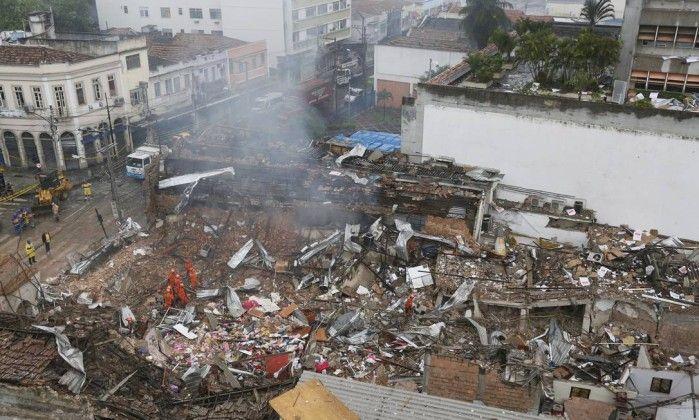 Bomberos con perros rastreadores trabajaban entre los escombros en la búsqueda de víctimas. (Foto:AP)