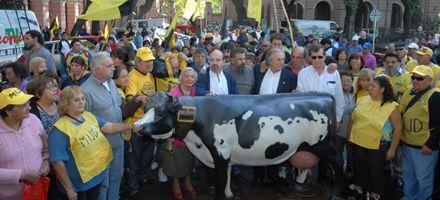 Carne: ganaderos, trabajadores y piqueteros repudiaron en Liniers el acuerdo de precios