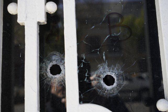 Las balas impactaron en la puerta del club Atalaya cerca del mediodía del martes cuando en la institución había niños.