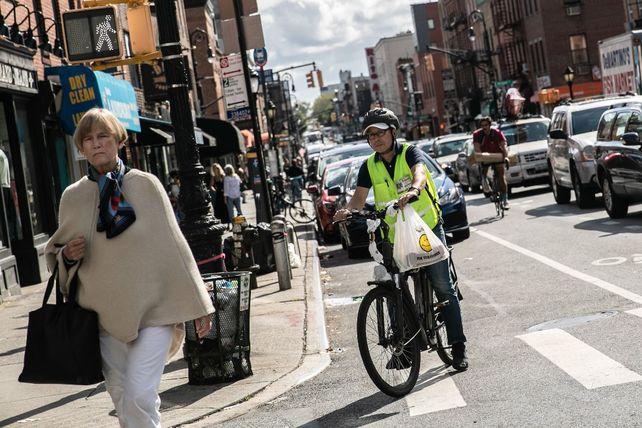 En Nueva York trabajan más de 80 mil ciclistas de reparto. Su paga es mínima