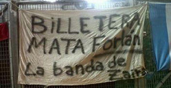 Zaira en las banderas de los hinchas uruguayos que se acordaron de su pelea con Forlán
