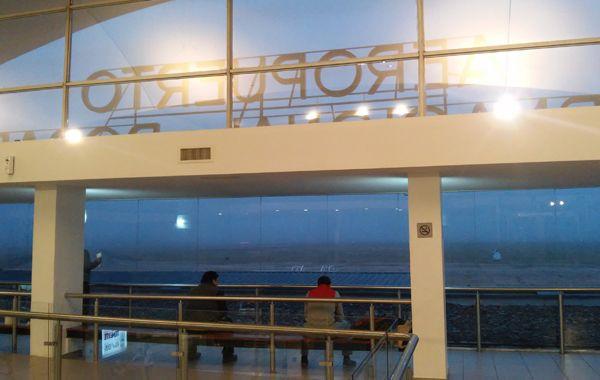 El aeropuerto Islas Malvinas no estuvo operable por la mañana por la intensa niebla que cubrió el cielo rosarino. (Foto: S. Suárez Meccia)