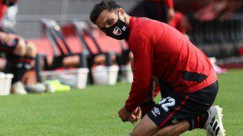 Scocco se ata los cordones con el nuevo look sanitario, con barbijo incluido. Nacho empezó a pagar su regreso con goles.