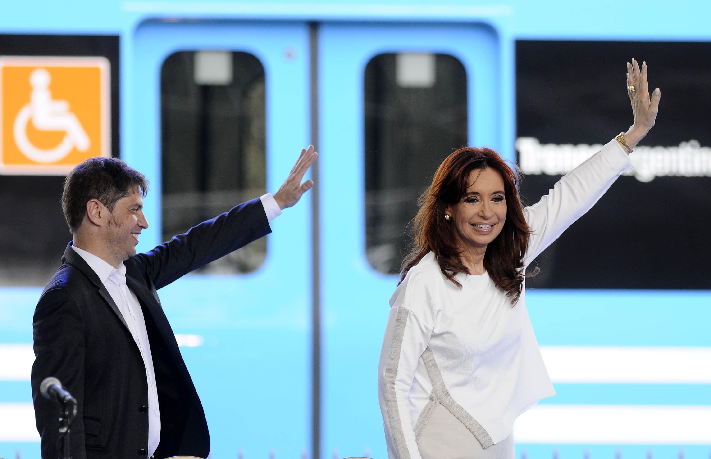 Cristina Fernández y su ministro de Economía Axel Kicilloff al inaugurar la electrificación del tren Roca entre Constitución y Quilmes. (Foto: DYN)