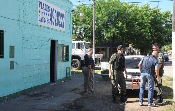 Bassi tomaba mates frente a su remisería de Villa G. Gálvez cuando fue atacado. (Foto: S.Meccia)