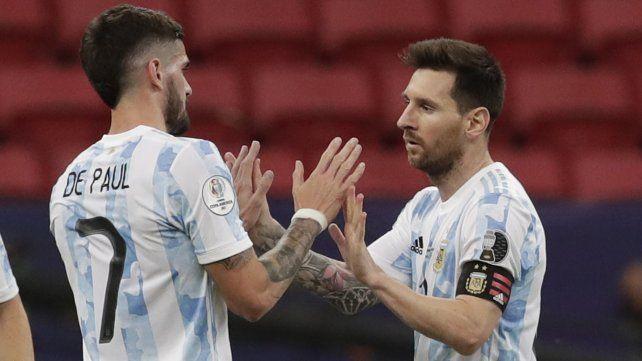 Messi y De Paul se saludan al final del partido  contra Paraguay. Argentina ganó 1-0. Foto AP / Eraldo Peres